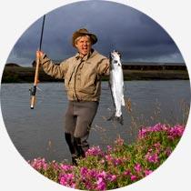 Islandreisen Aktivreisen individuell Angler mit Forelle