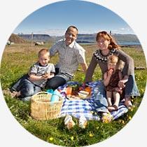 Familie beim Picknick auf Island