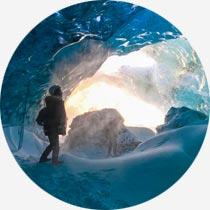 Mensch in Eishöhle in Island