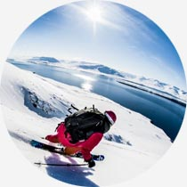 Skiläufer an isländischem Fjord