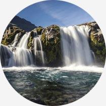 Der Wasserfall Kirkjufellsfoss im Westen Islands