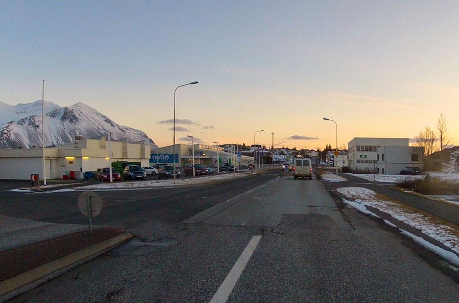 Straße in Borgarnes im Winter