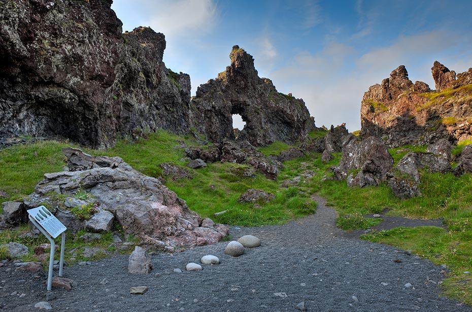 Vom Djúpalónssandur aus findet man nach einer kurzen Wanderung von 1 km am Strand von Dritvik die sogenannten Kraftprobesteine
