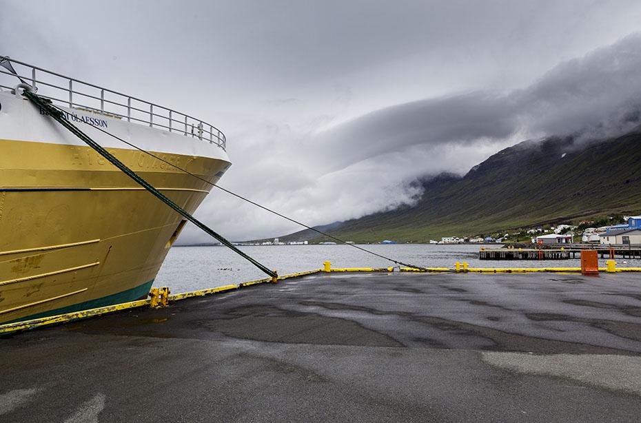 Schiff im Hafen von Eskifjördur