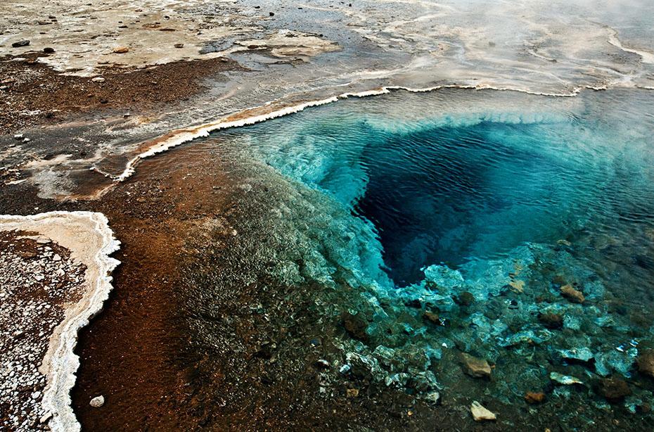 Die blaue Quelle Bláhver am Geysir