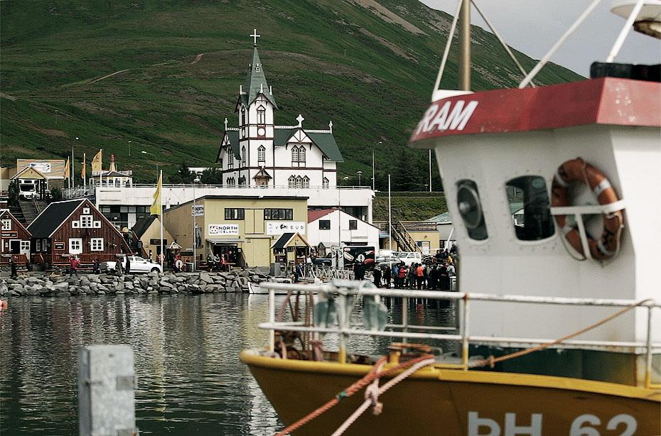 Hafen und Kirche von Húsavík