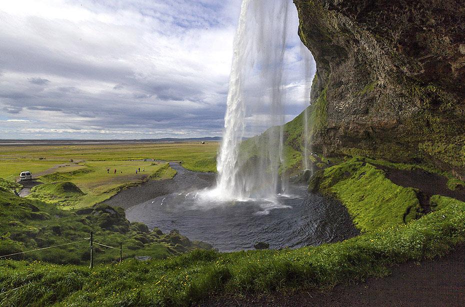 Blick durch den Wasservorhang des Seljalandsfoss