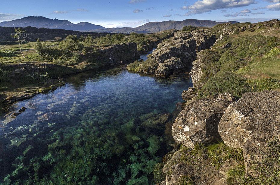 Das klare Wasser des Þingvallavatn im Þingvellir-Nationalpark
