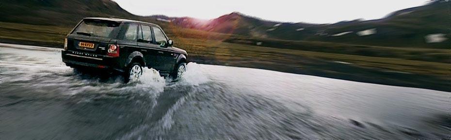 Range Rover beim Furten im isländischen Hochland