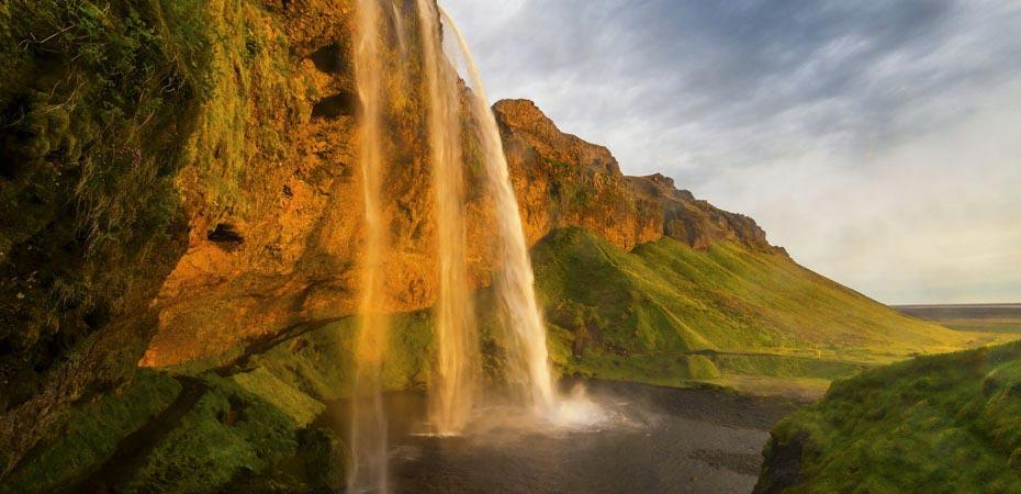 Der Wasserfall Seljalandsfoss im Abendlicht
