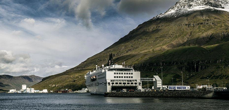 Die Island-Fähre Norröna im Hafen von Seyðisfjörður