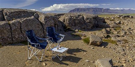 Campingtisch und Campingstühle in isländischer Landschaft