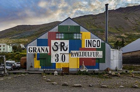 Buntes Gebäude in Siglufjörður
