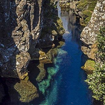 Das klare Wasser des Sees im Þingvellir-Nationalpark