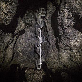Wendeltreppe in der Höhle Vatnshellir