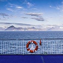 Blick auf den Osten Islands von der Autofähre Norröna