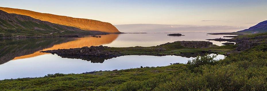 Islands Westfjorde im Abendlicht