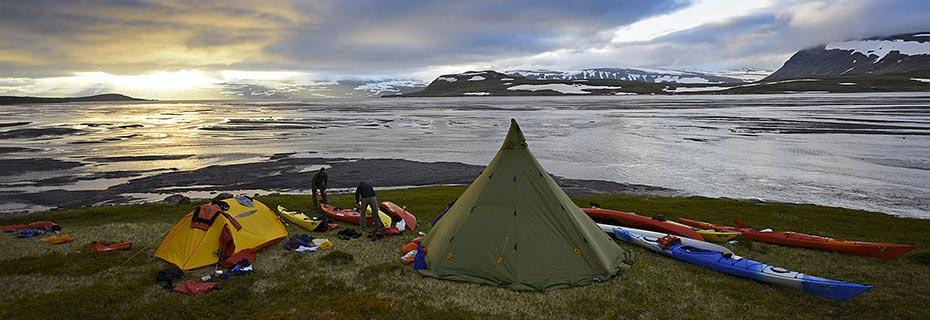 Outdoor-Abenteuer Westfjorde: Zelt und Kajaks