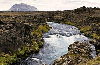 Der Tafelvulkan Búrfell am Gletscherfluss Þjórsá